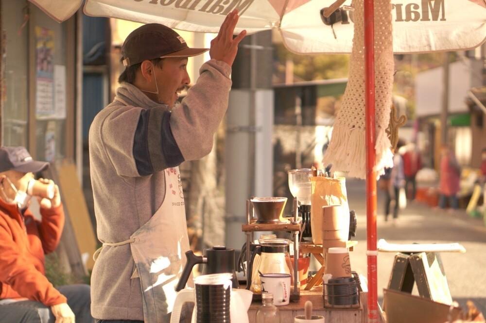勝浦の朝市を守る自転車コーヒー屋台「SPAiCE COFFEE」