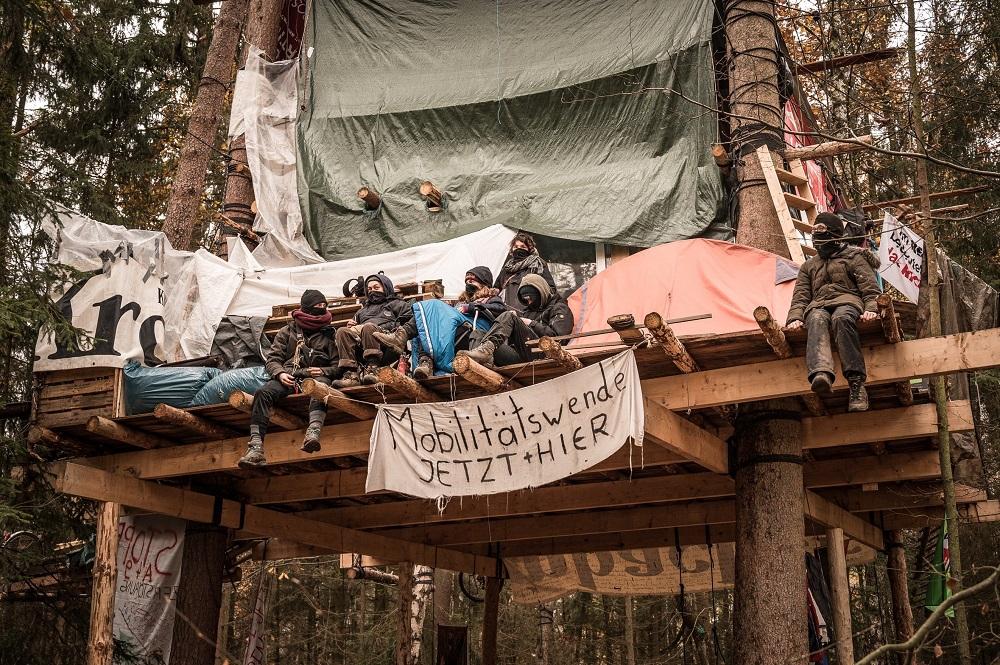 モビリティ産業の変革を訴える横断幕。Photo by Tim Wagner