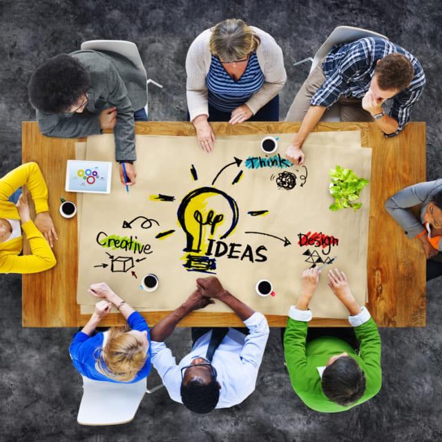 多民族の人々がアイデアを企画