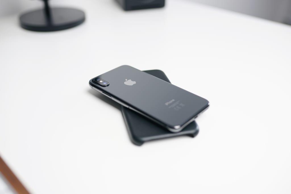 裏返したスマートフォン
