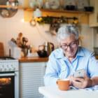 チャットの代わりに、10分の電話を。「人の声」が孤独感を低減するという研究結果