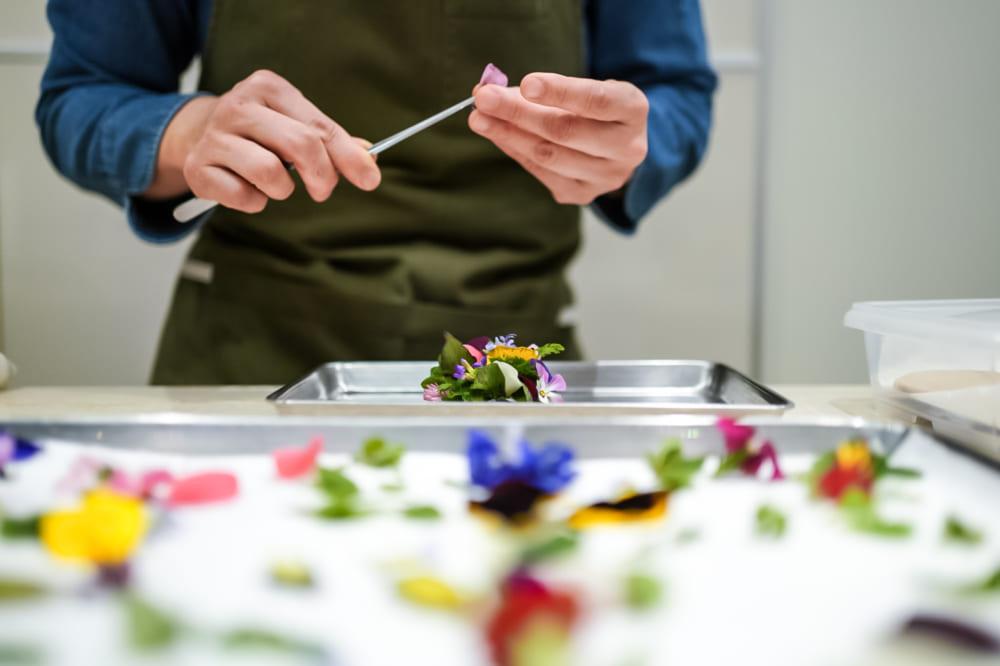 クリエイティブな料理をつくる加藤シェフ