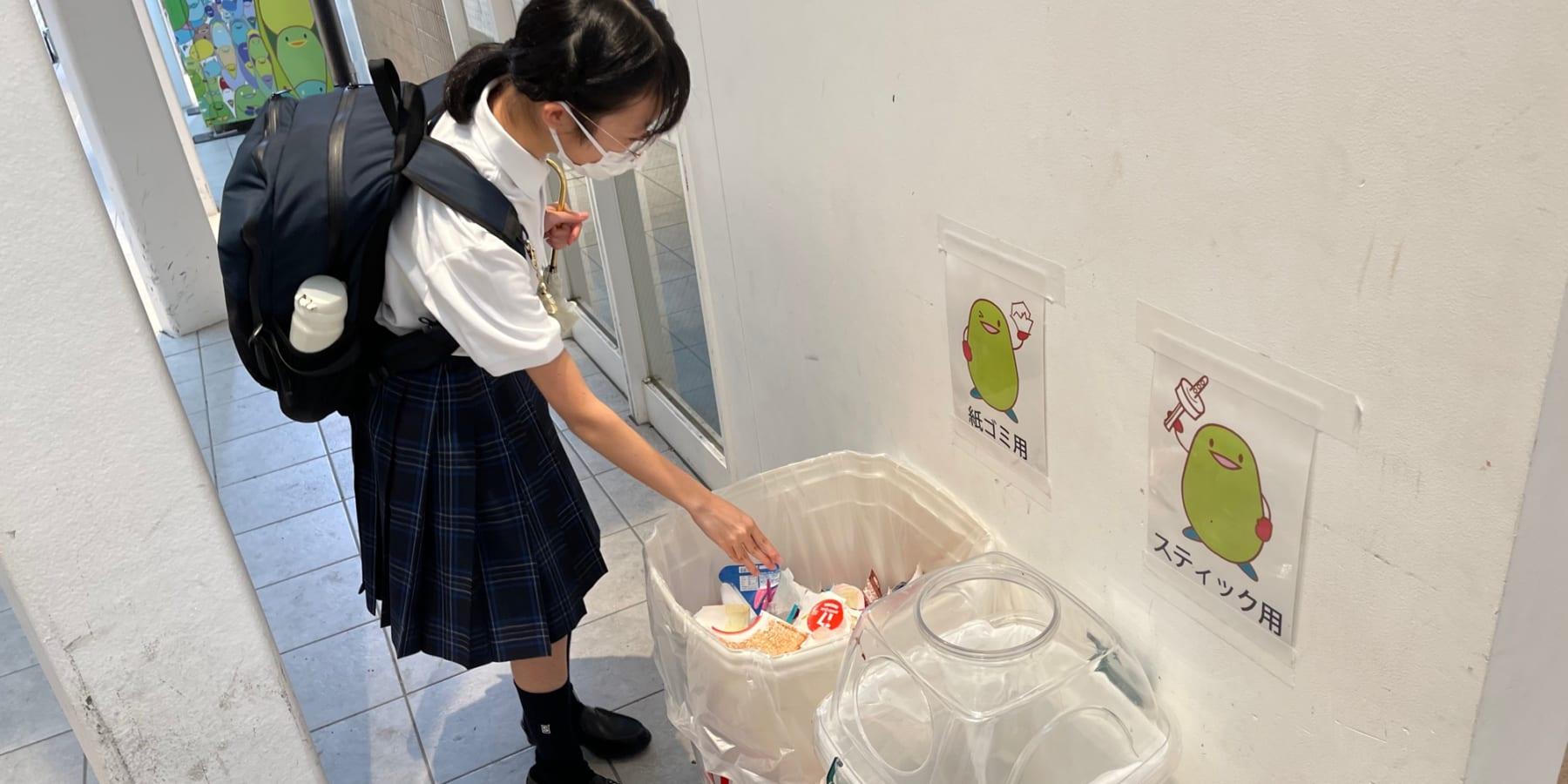 中高生がプラスチックとの付き合いかたを学ぶ。グリコの17アイス自販機