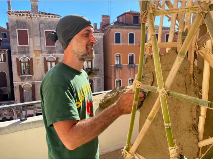 JINENを左官技術で仕上げていくイタリア人職人
