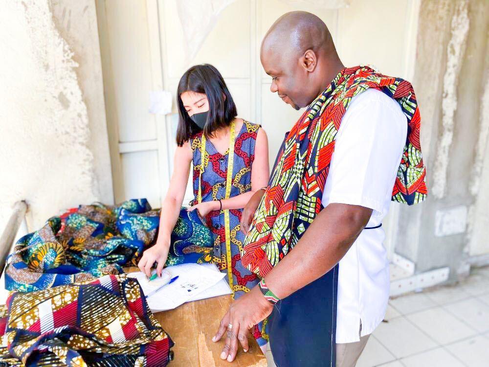 アフリカ布を使って製作している様子