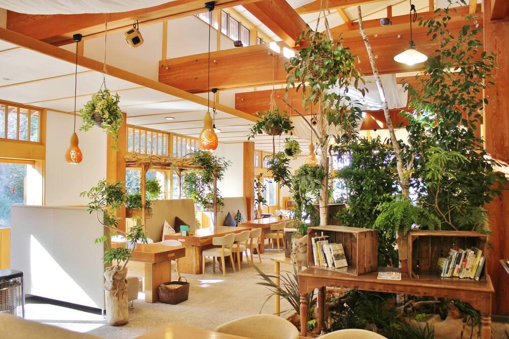 「くぬぎの森 交流プラザ」所沢周辺で盛んだった養蚕農家の建物を復元し、自然や季節を感じるイベントを開催できるスペースに。