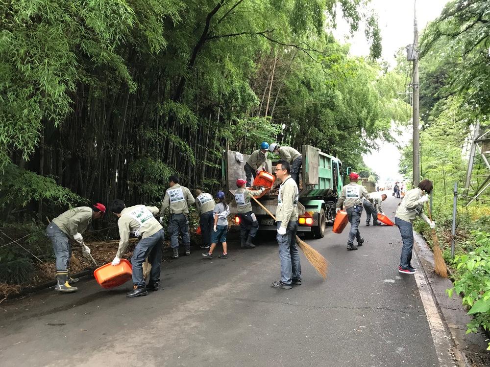 石坂産業の社員の方々が地域の清掃を行う様子