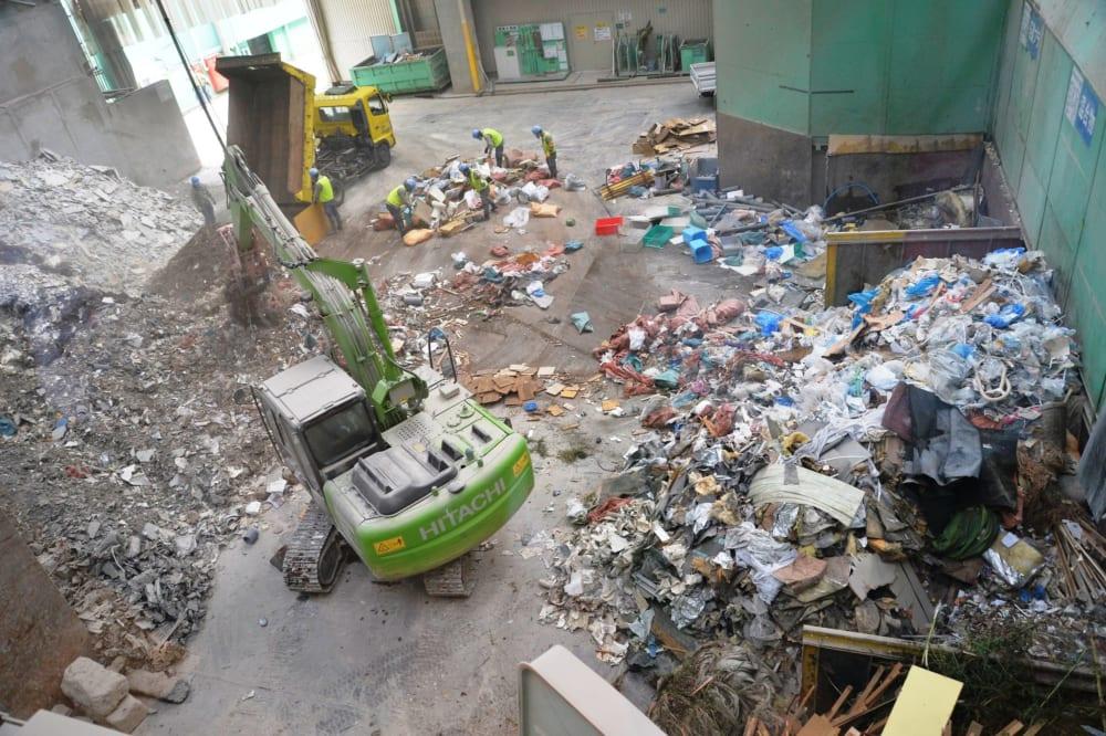 石坂産業工場内の廃棄物仕分け場