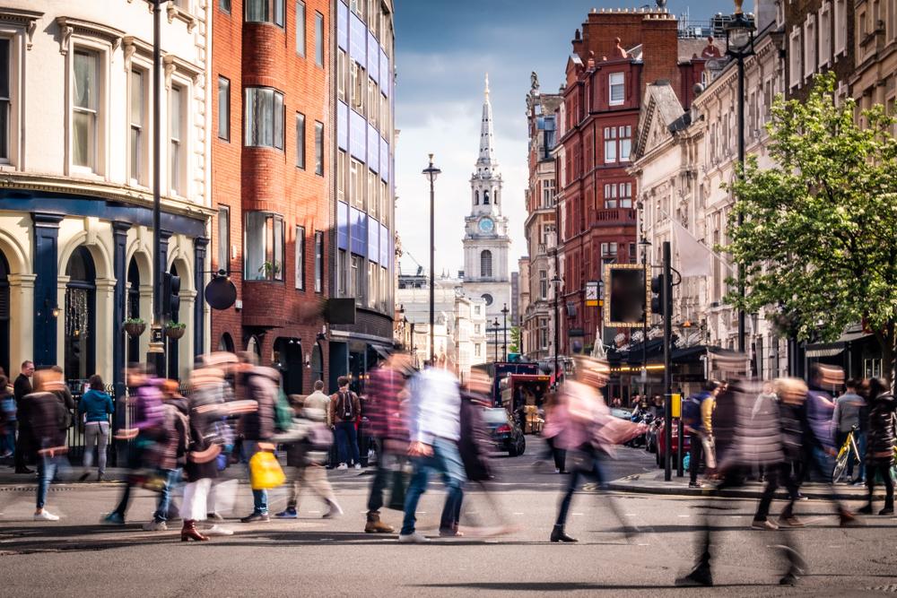 人々が歩くロンドン