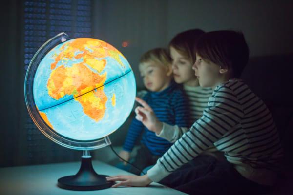 地球儀を持つ親子