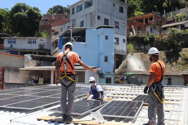 太陽光パネルの設置を行うようす